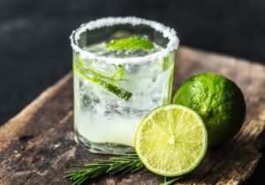 cocktail mit limette