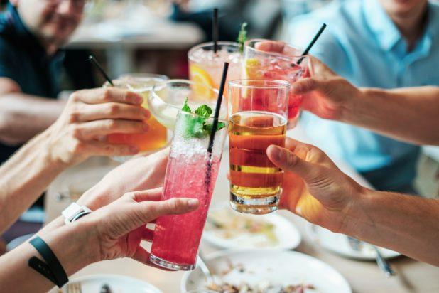 Personengruppe stößt mit Cocktails an